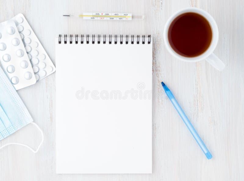 Abra el cuaderno con blanco en blanco limpian la página para escribir el plan del tratamiento del illnedd imagen de archivo libre de regalías
