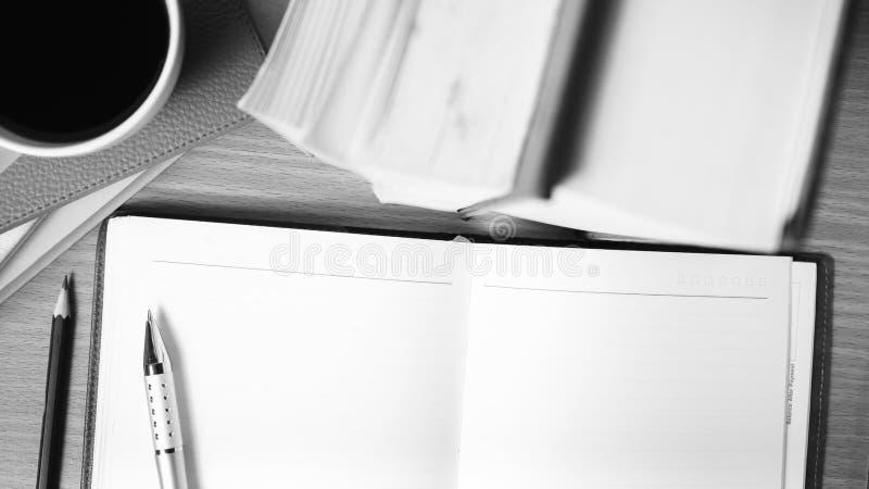 Abra el cuaderno con color blanco y negro de la taza del libro y de café en imágenes de archivo libres de regalías