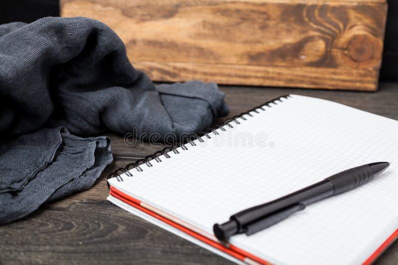 Abra el cuaderno con la pluma encendido imágenes de archivo libres de regalías