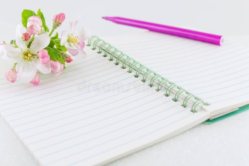 Abra el cuaderno con las flores del manzano fotografía de archivo