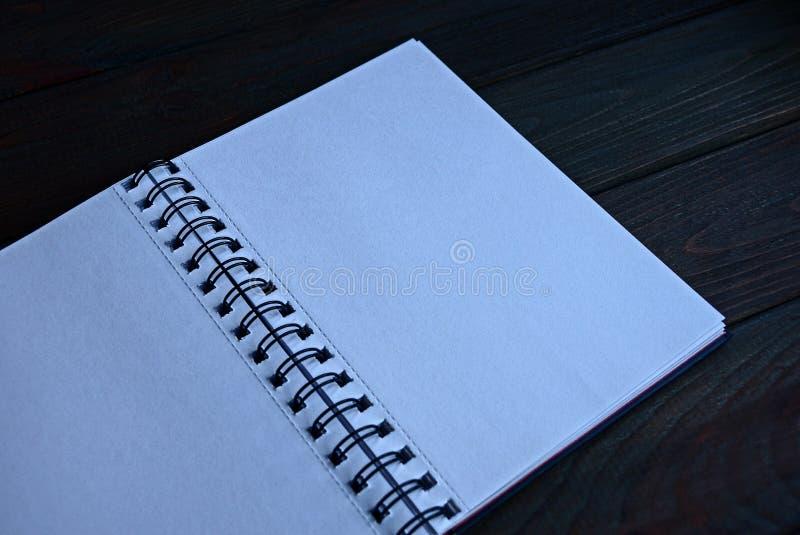 Abra el cuaderno con white pages en una tabla negra fotografía de archivo libre de regalías