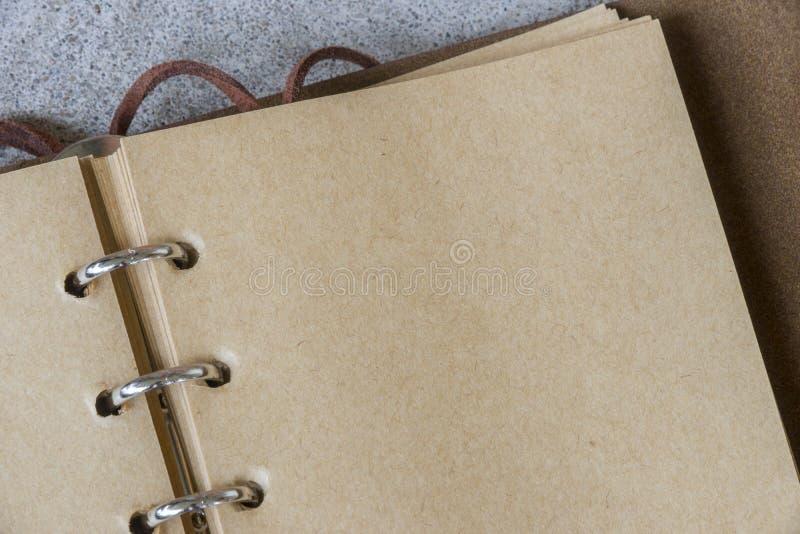 Abra el cuaderno de cuero del vintage con el papel hecho a mano en lazo moderno imagenes de archivo