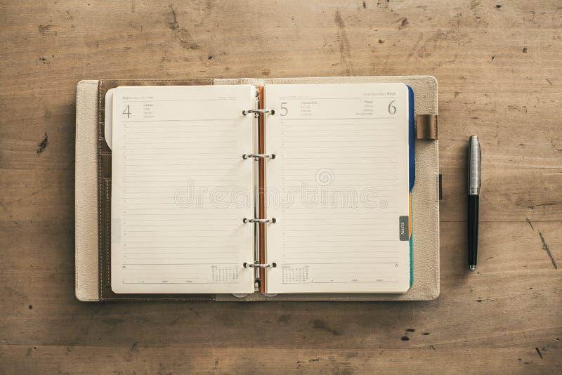 Abra El Cuaderno Duro Espiral Vacío De La Cubierta Al Lado De Fondo ...