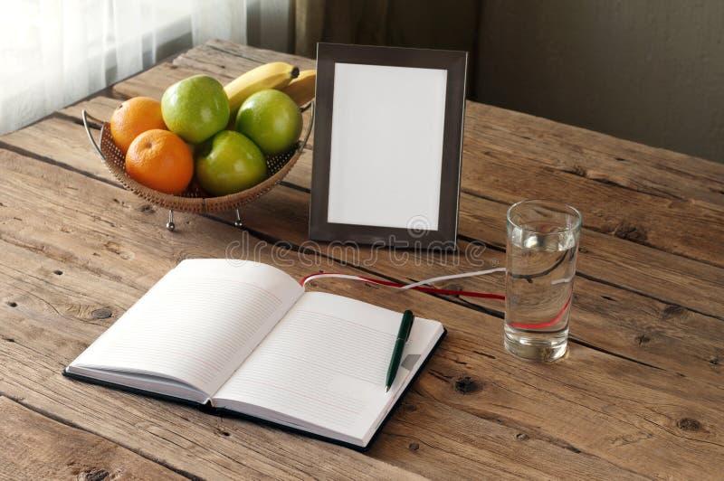 Abra el cuaderno en blanco en una tabla de madera foto de archivo libre de regalías
