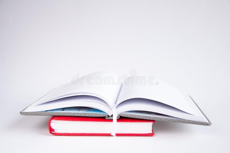 Abra el cuaderno en el vector En un cuaderno rojo fotos de archivo libres de regalías