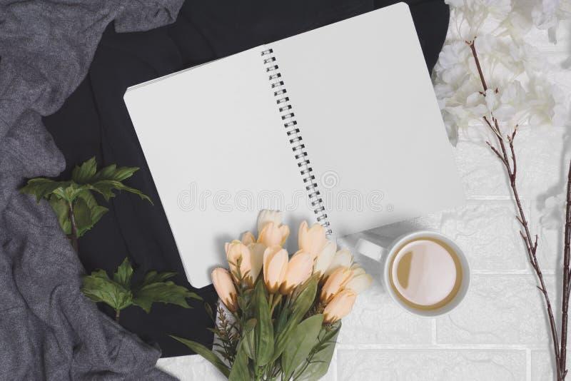 Abra el cuaderno espiral con las páginas en blanco en el fondo de madera fotografía de archivo libre de regalías