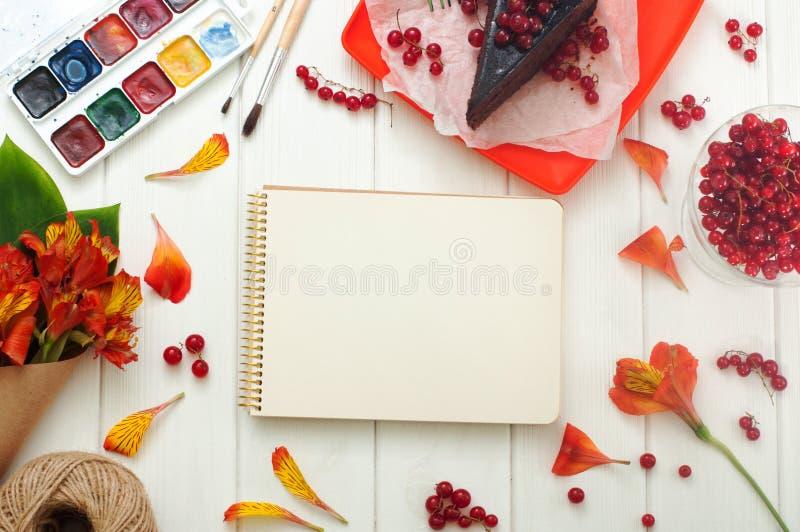 Abra el cuaderno vacío con la rebanada actual roja de la torta imagen de archivo