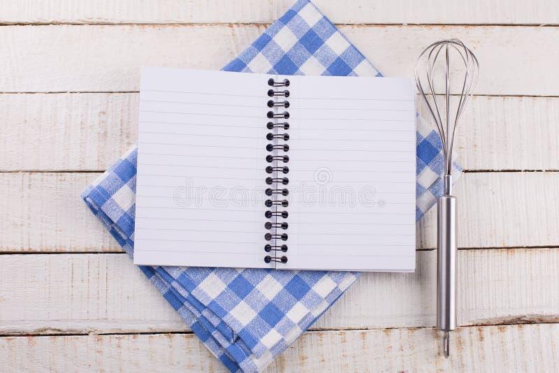 Abra el cuaderno vacío en fondo de madera fotografía de archivo