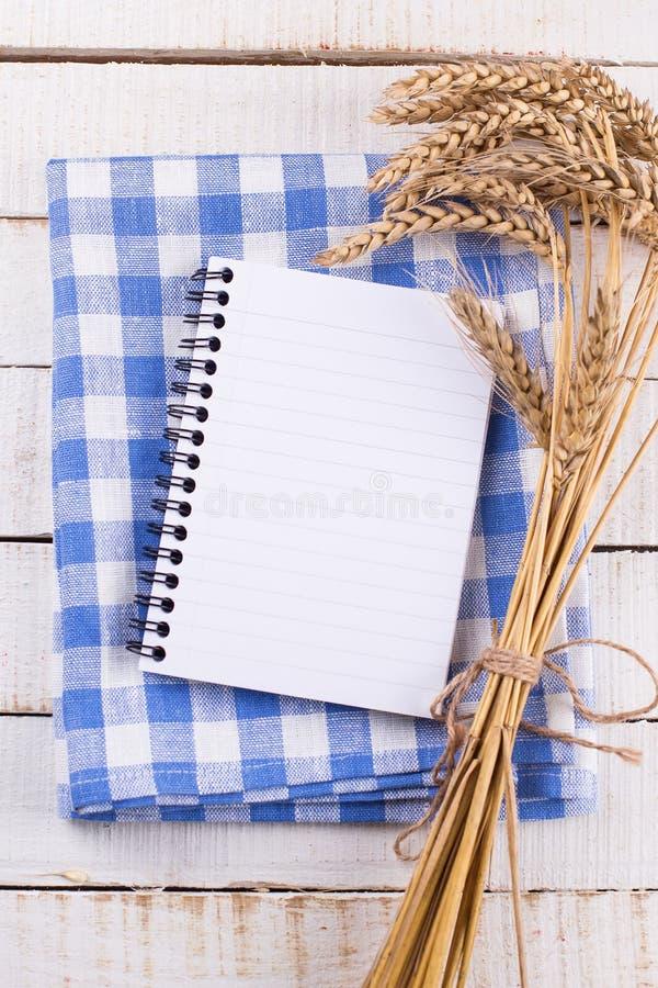 Abra el cuaderno vacío en fondo de madera foto de archivo