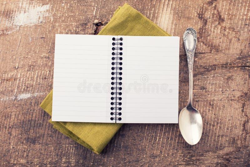 Abra el cuaderno vacío en fondo de madera fotos de archivo