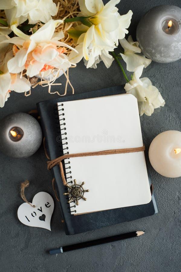 Abra el diario en blanco con el flor foto de archivo libre de regalías