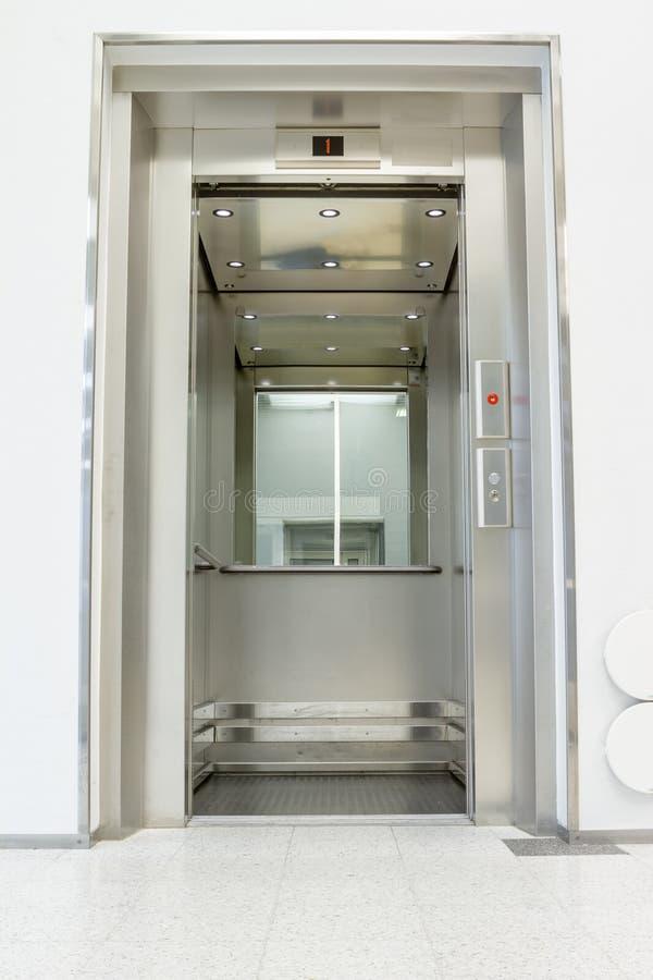 Abra el elevador en el pasillo foto de archivo libre de regalías