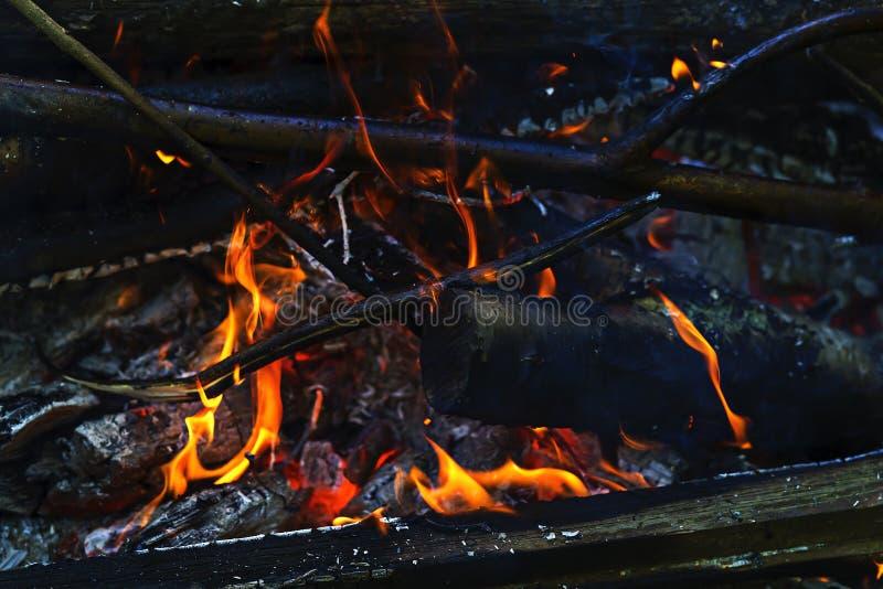 Abra el fuego en el fuego, carbones foto de archivo