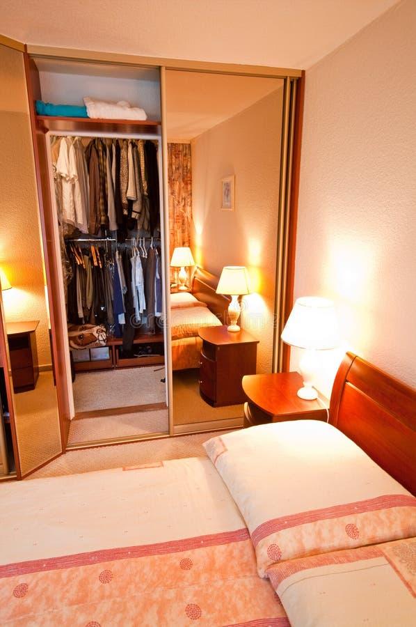 Abra el guardarropa en dormitorio imagen de archivo libre de regalías