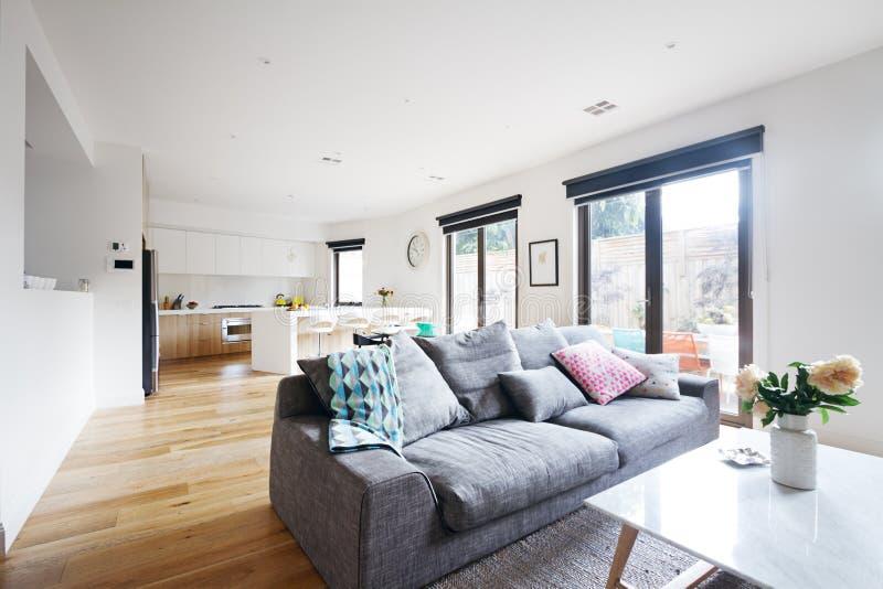 Abra el hogar del contemporáneo de la cocina de la sala de estar del plan imágenes de archivo libres de regalías
