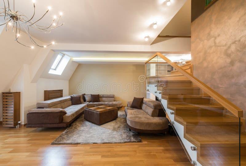 Abra el interior de la sala de estar del plan en el apartamento de lujo del desván fotografía de archivo libre de regalías