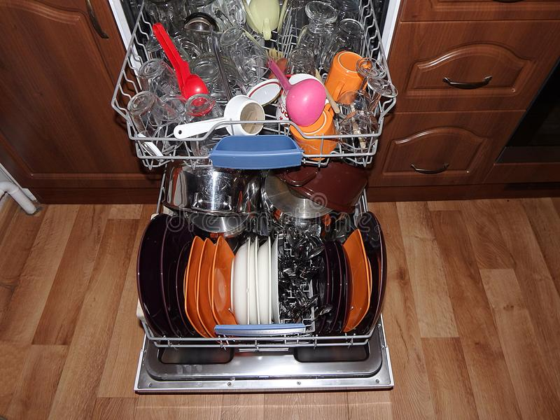 Abra el lavaplatos con los platos limpios fotos de archivo