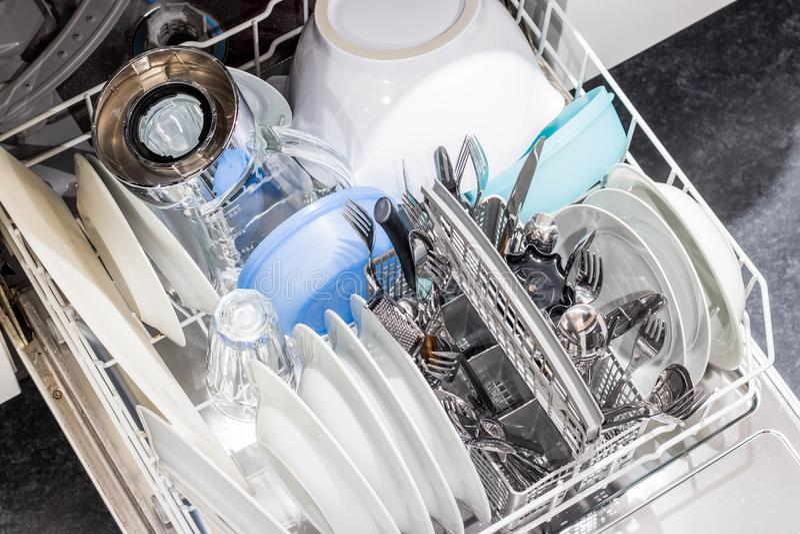 Abra el lavaplatos con los platos limpios imagen de archivo libre de regalías