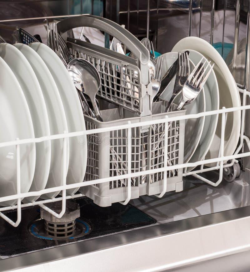 Abra el lavaplatos con los platos limpios imágenes de archivo libres de regalías