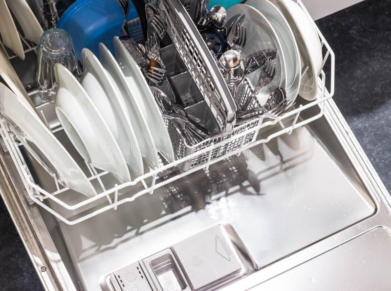 Abra el lavaplatos con los platos limpios fotos de archivo libres de regalías