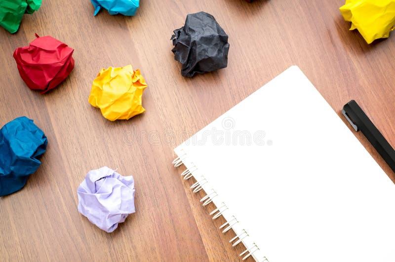 Abra el libro blanco y el lápiz en blanco de la carpeta de anillo con el grupo de color imagen de archivo libre de regalías