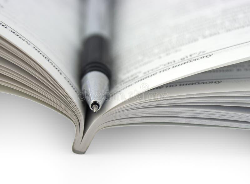 Abra el libro con la pluma imágenes de archivo libres de regalías