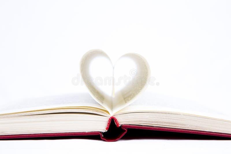 Abra el libro con las hojas dobladas bajo la forma de corazón fotografía de archivo