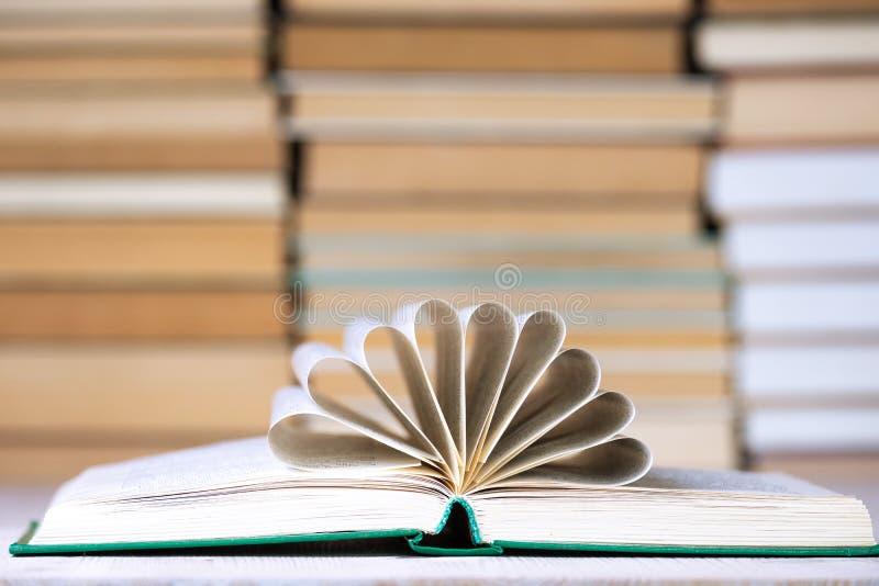 Abra el libro con las páginas dobladas bajo la forma de sistema de semicírculos en el centro, los segmentos de páginas foto de archivo libre de regalías