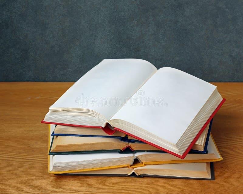 Abra el libro con las páginas en blanco en la tabla imagen de archivo