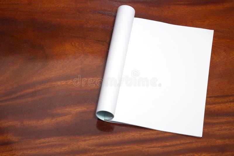 Abra el libro con las páginas en blanco en la tabla de madera imagenes de archivo