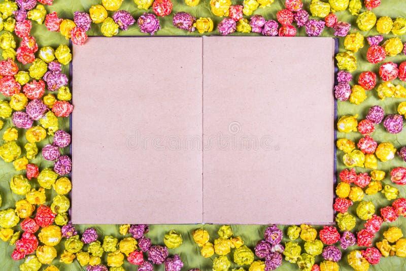 Abra El Libro Con Las Páginas Vacías En Un Fondo De Las Palomitas ...