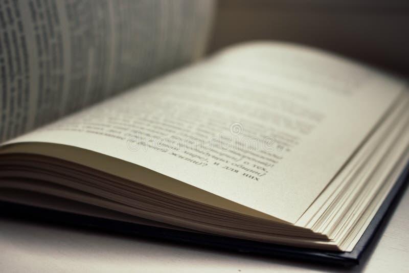 Abra el libro Concepto de la literatura y de la educación Conocimiento y fondo de la sabiduría Páginas abiertas con el texto imagen de archivo libre de regalías