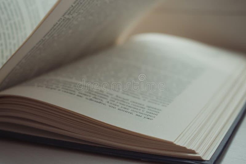 Abra el libro Concepto de la literatura y de la educación Conocimiento y fondo de la sabiduría Páginas abiertas con el texto imagen de archivo