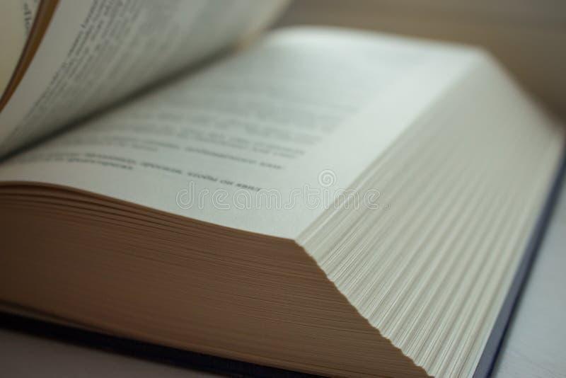 Abra el libro Concepto de la literatura y de la educación Conocimiento y fondo de la sabiduría Páginas abiertas con el texto fotografía de archivo libre de regalías