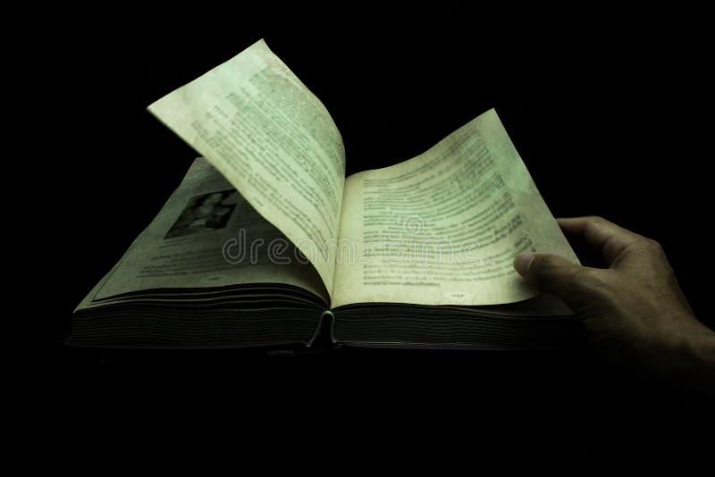 Abra el libro en la oscuridad imagen de archivo libre de regalías
