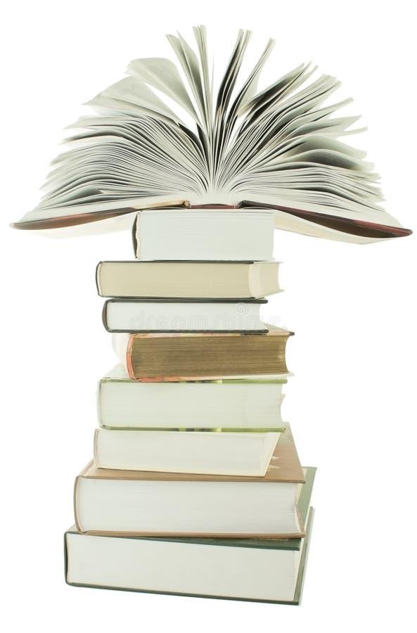 Abra el libro en la pila de libros fotos de archivo
