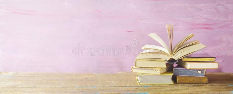 Abra el libro en una pila de libros, fotografía de archivo