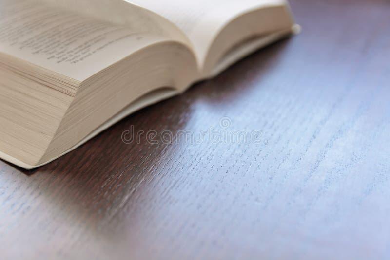 Abra el libro en una tabla de madera rústica imágenes de archivo libres de regalías