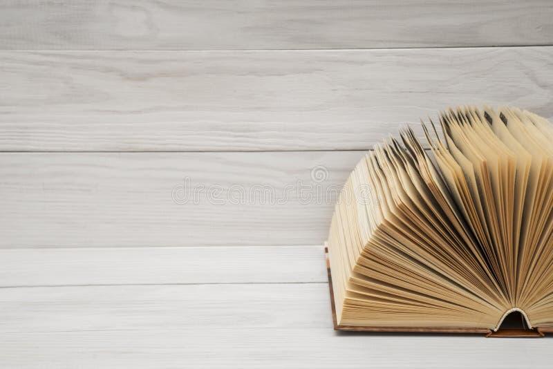 Abra el libro, libros del libro encuadernado en la tabla de madera Fondo de la educación De nuevo a escuela Copie el espacio para fotografía de archivo
