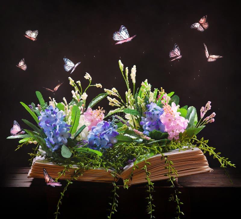 Abra el libro y el jardín imagen de archivo libre de regalías