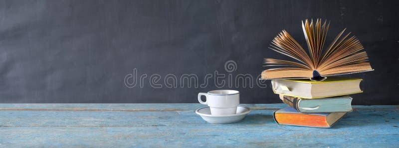 Abra el libro y una taza de café Leyendo, aprendiendo, educación, literatura, espacio de la copia imagen de archivo