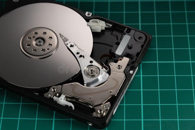 Abra el mecanismo impulsor de disco duro El concepto de almacenamiento de datos arsenal de datos Datos grandes imagen de archivo