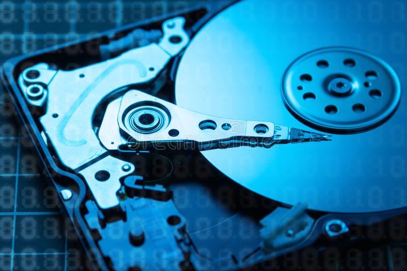 Abra el mecanismo impulsor de disco duro El concepto de almacenamiento de datos arsenal de datos HDD azul foto de archivo