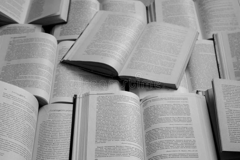 Abra el monocromo blanco y negro de la opinión superior de los libros Concepto de la biblioteca y de la literatura Fondo de la ed fotografía de archivo