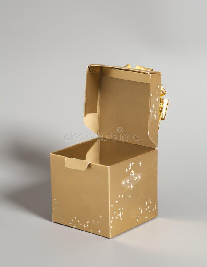 Abra el rectángulo de regalo de oro foto de archivo