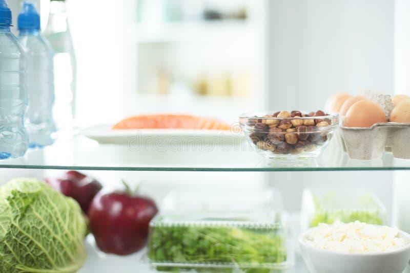 Abra el refrigerador por completo de las frutas y verduras frescas, fondo sano de la comida, nutrición orgánica, atención sanitar imagenes de archivo