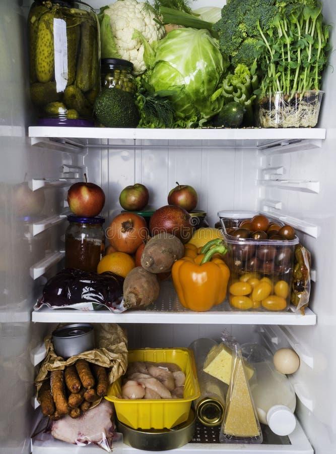 Abra el refrigerador por completo de las frutas y verduras frescas, fondo sano de la comida, nutrici?n org?nica, atenci?n sanitar foto de archivo libre de regalías