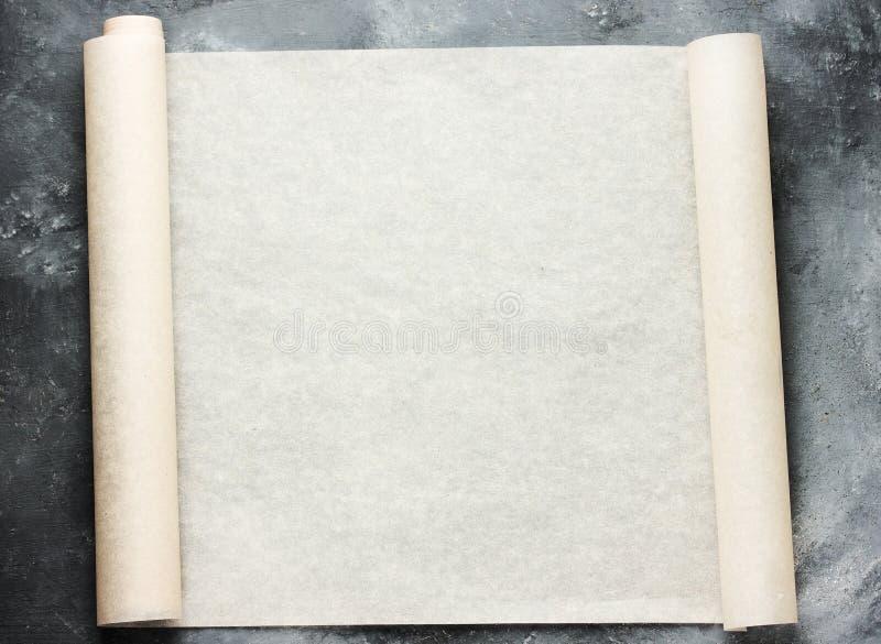 Abra el rollo del papel de pergamino de la hornada para el menú o las recetas mandan un SMS imágenes de archivo libres de regalías