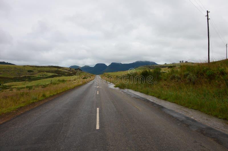 Abra a estrada que sneaking uma montanha fotografia de stock royalty free