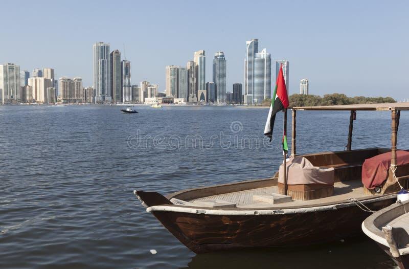 Abra fartyg som förbiser Khalid Lagoon Sharjah förenade arabiska emirates royaltyfria bilder